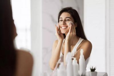 Čišćenje lica micelarnom vodom je neizostavan korak dnevne rutine